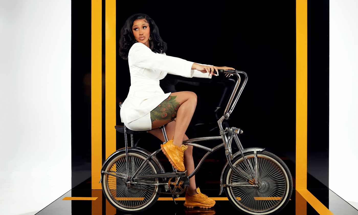 リーボック  世界的人気の女性ラッパーCardi Bとのコラボでスエード素材にオーバーレイを施した艶のあるゴールドの新モデル登場
